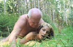 رجل يبلغ من العمر مطلوب من قبل كس الملاعين بجد نجمة إباحية في الغابة