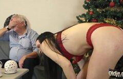إباحية صعبة مع الجد الذي يضاجع ابنته بشدة عشية عيد الميلاد